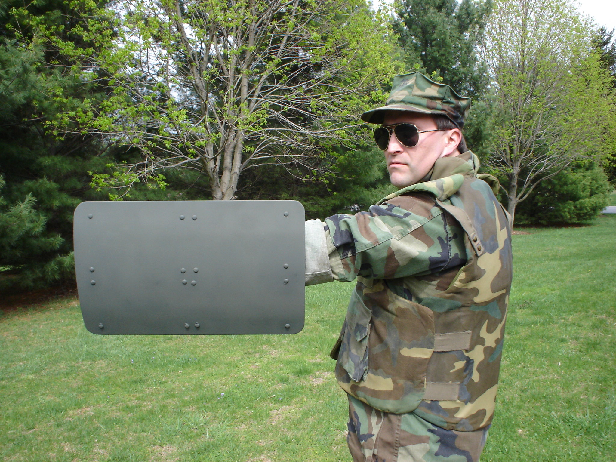 <!  :en  >Mini Battle Shield/Combat Shield Being Developed for Urban Warfare/MOUT Ops<!  :  >
