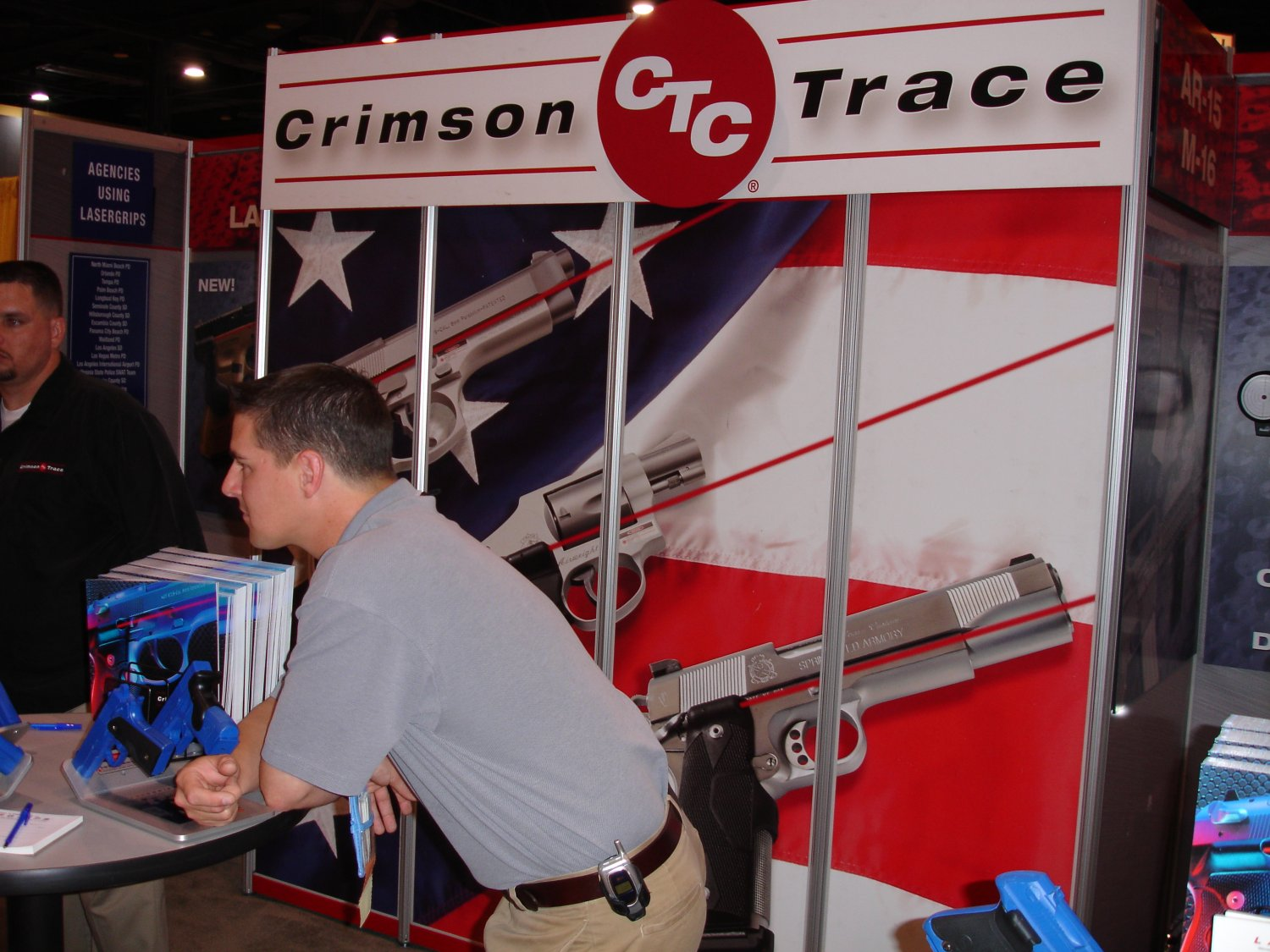 Crimson%20Trace%20at%20IACP%20Miami%202005 1 <!  :en  >Crimson Trace Introduces New G Series Lasergrips for Glock Pistols at IACP 2005<!  :  >
