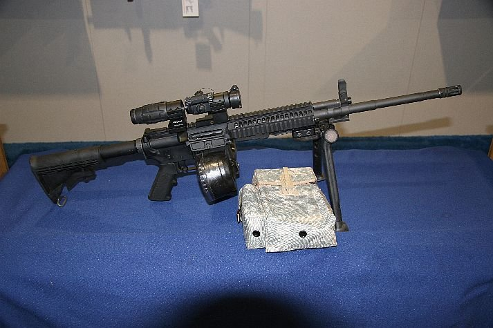 Arms%20at%20NDIA%20Small%20Arms%20Symposium Colt%20LMG SAW 1 <!  :en  >Colt Introduces New Mag Fed IAR Type Weapon at NDIA Small Arms Symposium 2006<!  :  >