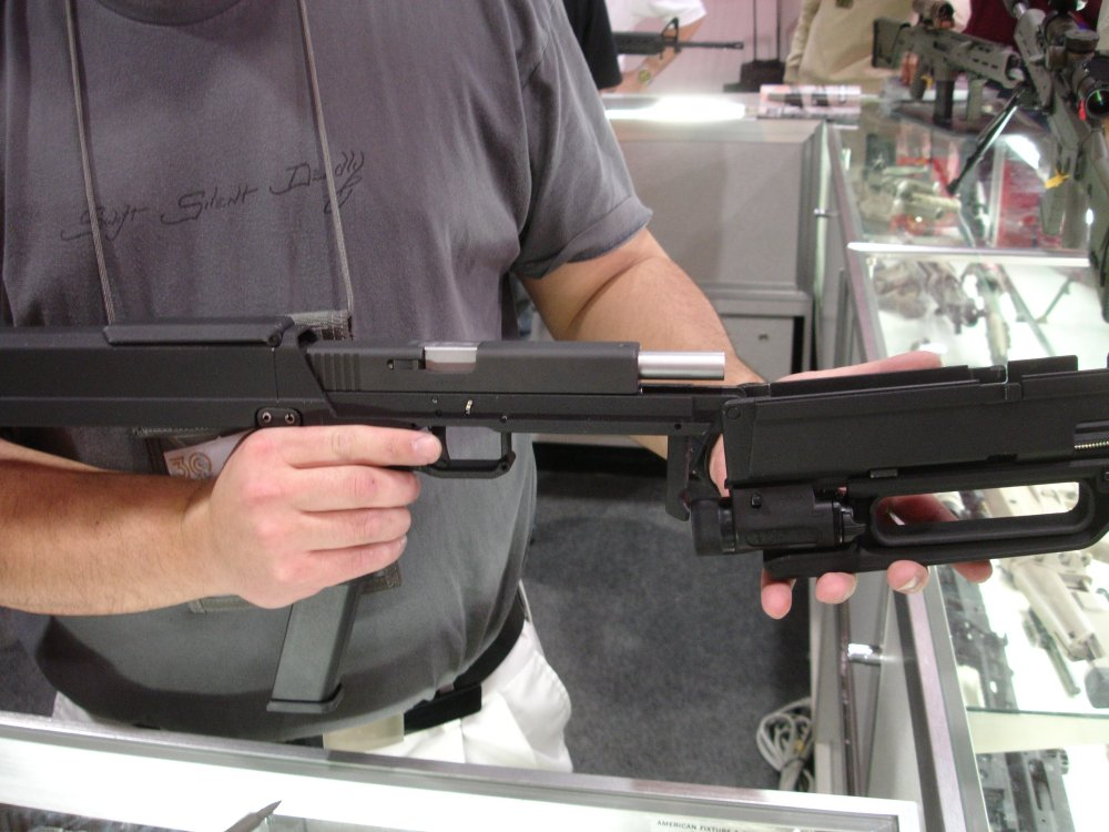 SHOTShow2008 MagPulGlockSubgun Inside 1 2 04 08 <!  :en  >MagPul FMG9: Prototype 9mm Folding Submachine Gun<!  :  >