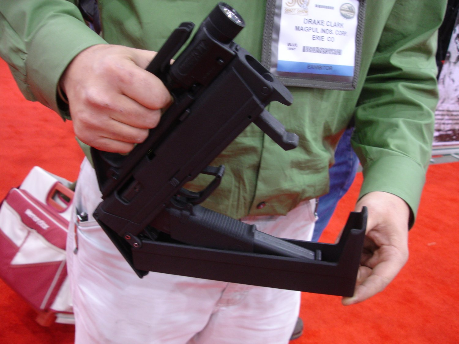 SHOTShow2008 MagPulGlockSubgun Semi Open 1 2 01 2 08 <!  :en  >MagPul FMG9: Prototype 9mm Folding Submachine Gun<!  :  >