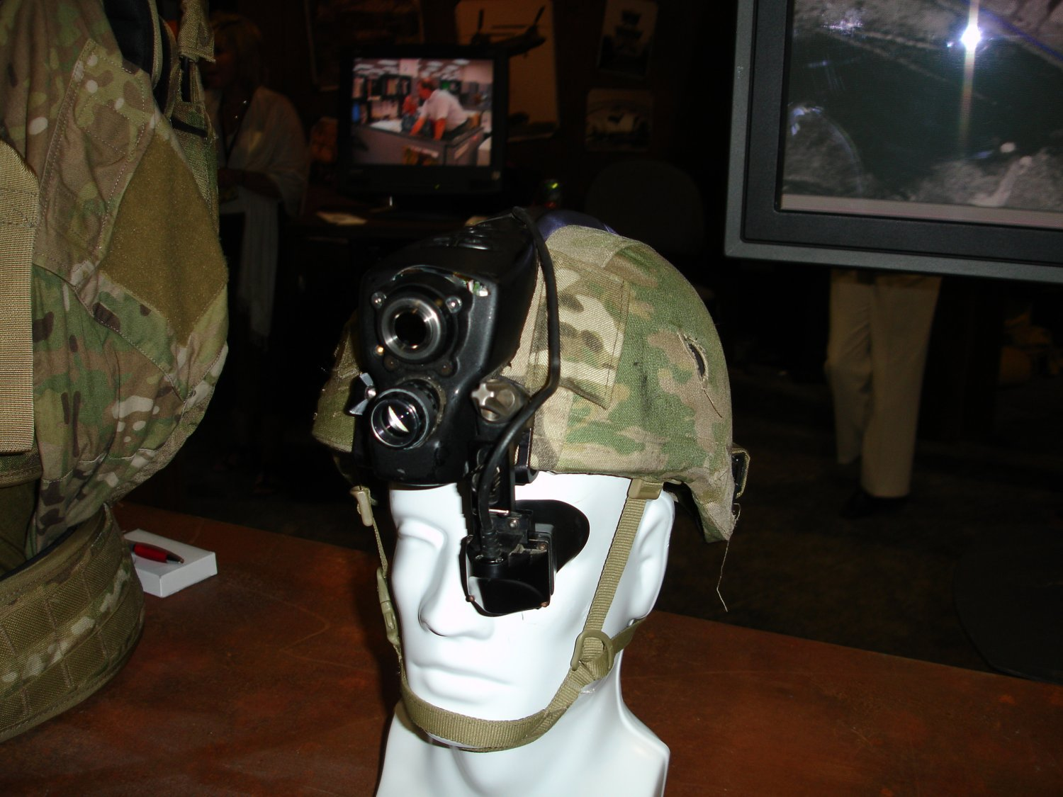 AUSAWinterSymposiumandExhibition2007 FutureForceWarrior RockwellCollinsFusedSensorHMD 1 <!  :en  >Infrared/Night Vision Fusion HMD Developed for Future Force Warrior (FFW)<!  :  >