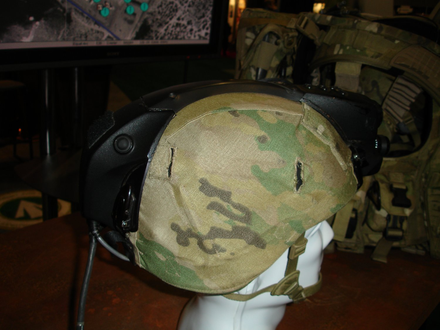 AUSAWinterSymposiumandExhibition2007 FutureForceWarrior RockwellCollinsFusedSensorHMD 2 <!  :en  >Infrared/Night Vision Fusion HMD Developed for Future Force Warrior (FFW)<!  :  >
